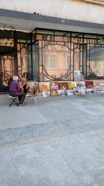 אמן מציג את ציוריו