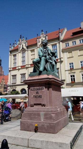 פסל בכיכר העיר