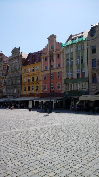 בניינים צבעוניים במרכז העיר